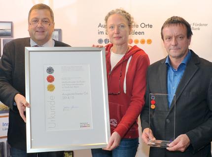 """Am 26. Oktober 2014 erhielt der Dorfladen Otersen w.V. und der Heimat- & Fährverein Otersen e.V. für ihren multifunktionalen Dorfladen die Auszeichnung als """"Ausgezeichneter Ort 2014"""" zum Jahresthema """"Innovationen querfeldein""""."""