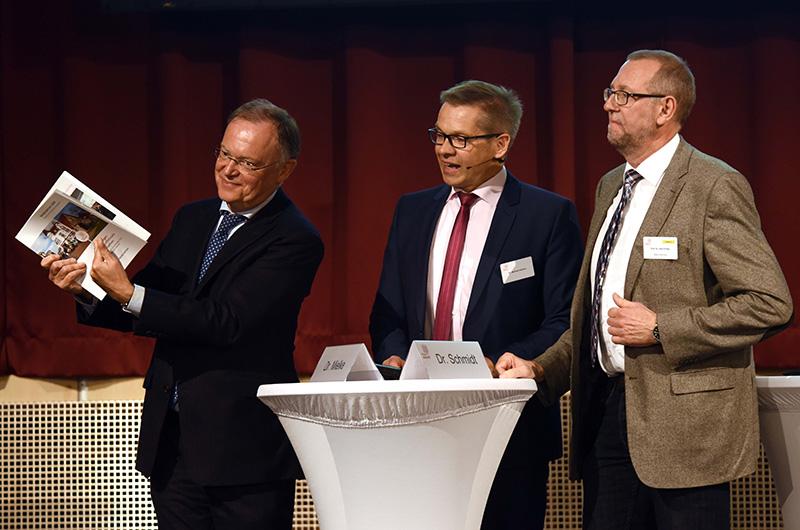 Übergabe der 200-seitigen Handlungsempfehlungen von Prof. Axel Priebs (r) an Ministerpräsident Stephan Weil